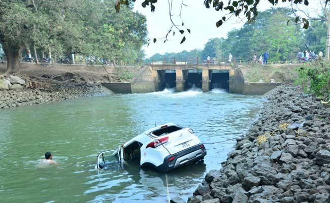 Three Deceased After Car Rams Into Canal In East Godavari District - Sakshi