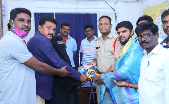 Hats Off Auto Rickshaw Driver Returns Things Passengers Ramagundam - Sakshi