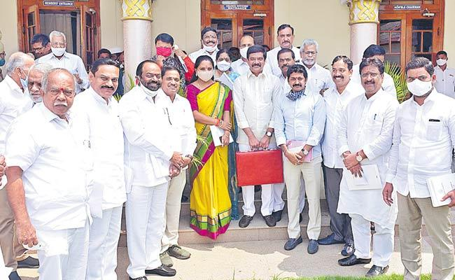 Gutha Sukender Reddy Introduces Kavitha To Council Members In Hyderabad - Sakshi