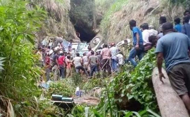 Bus Crash In SriLanka: Kills 14 People, 30 Injured - Sakshi