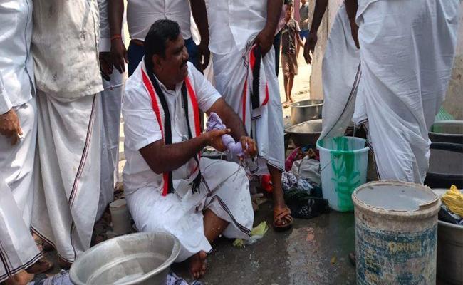 Tamil Nadu polls: AIADMK candidate washed cloths to manifesto assurance - Sakshi
