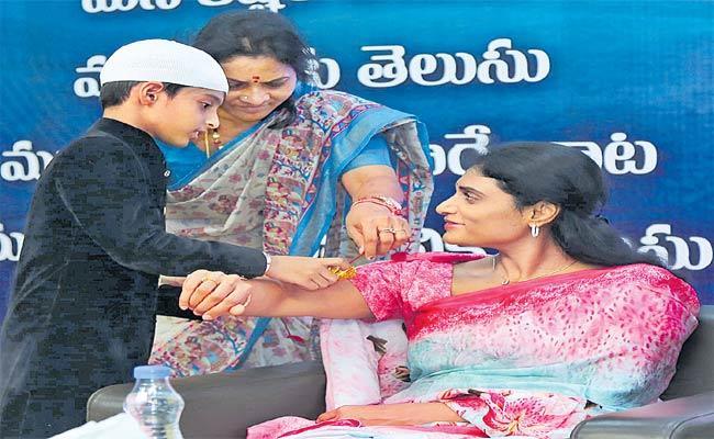 YS Sharmila Met With Muslim Leaders In Lotuspond - Sakshi