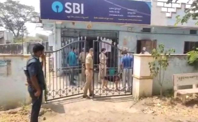 Massive Theft In SBI Bank In Peddapalli District - Sakshi