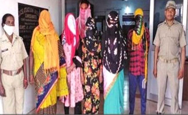 Police Arrested A Gang Of Selling Girls In The Hope Of Giving Jobs - Sakshi