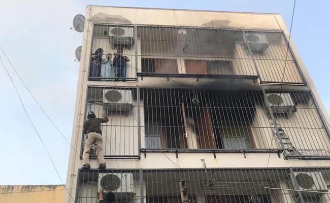 On Camera Delhi Cops Spiderman Act To Save People Trapped In Fire - Sakshi