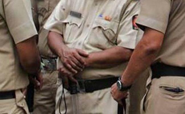 Man Cheats 13 Policemen In Navi Mumbai - Sakshi
