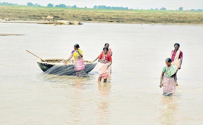 Women Catching Fisheries In Krishan River Near Vanaparti - Sakshi