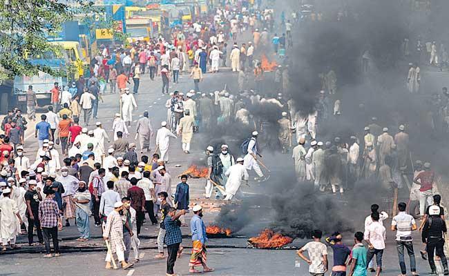 Five Killed and Dozens Injured in Anti-Modi Protests in Bangladesh - Sakshi