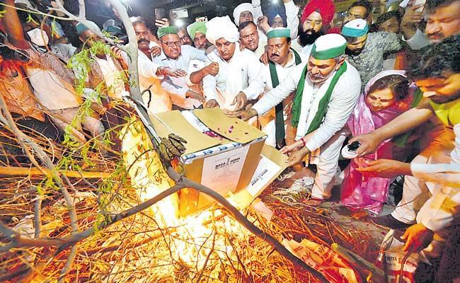 Farmers celebrate Holika Dahan by burning copies of Centre farm laws - Sakshi