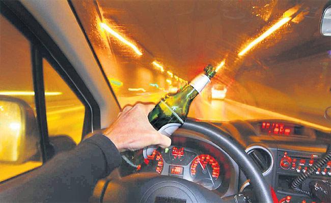 Hyderabad: Drunk Man Hitting Police With Vehicles - Sakshi