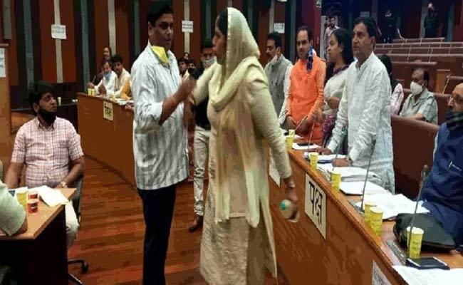 AAP Councilor Threatens To Immolate Herself Inside Delhi Assembly - Sakshi
