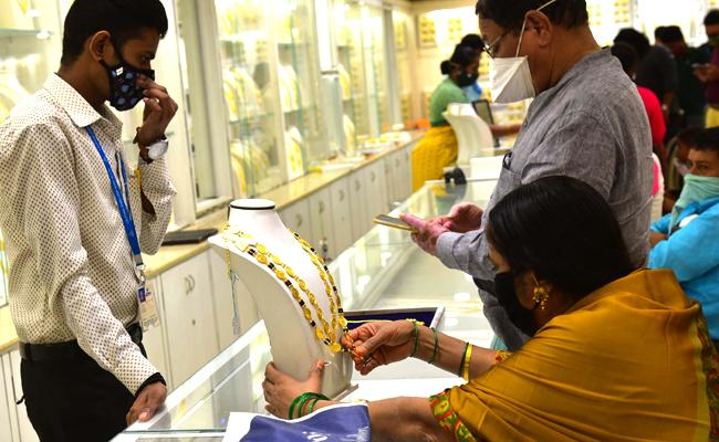 Gold Price Today 31 March 2021: trades lower - Sakshi