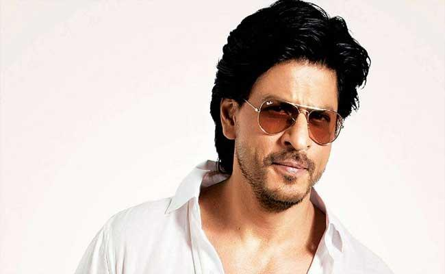 Shah Rukh Khan Sarcastic Reply To Fan Who Asked His Underwear Colour - Sakshi