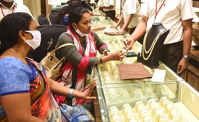 Gold Price Decrease Rs 6 Thousand in Last Two Months - Sakshi