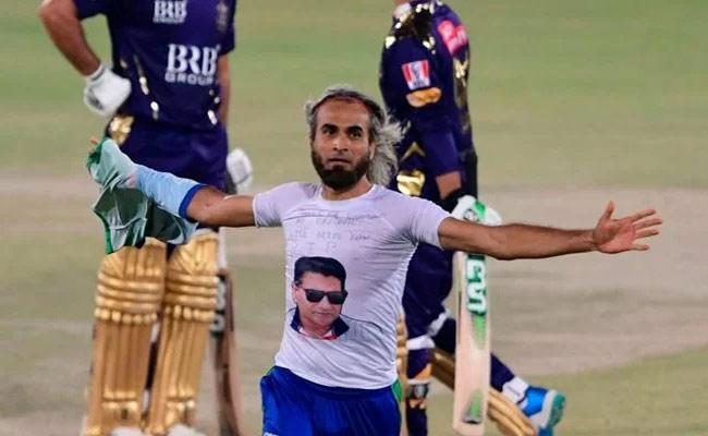 Viral Video Of Imran Tahir Removes Jersey After Picking Wicket In PSL - Sakshi