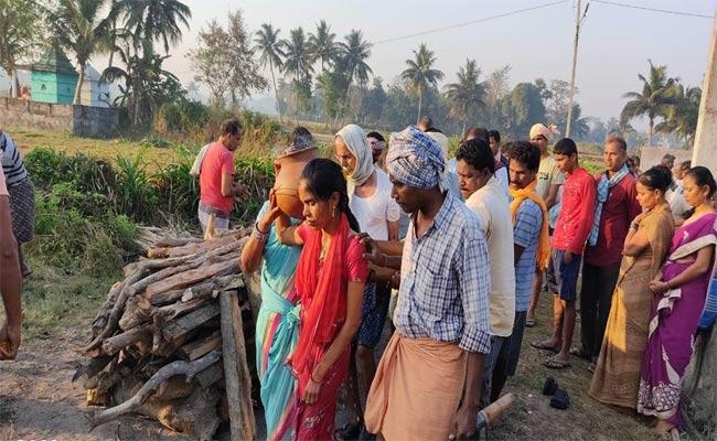Daughter Did Mothers Last Rituals In Vizianagaram - Sakshi