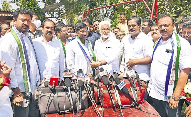 Hundreds of people in Visakhapatnam joined in YSRCP - Sakshi
