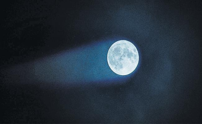 Moon Has A Tail That Sends Beams Across Earth - Sakshi