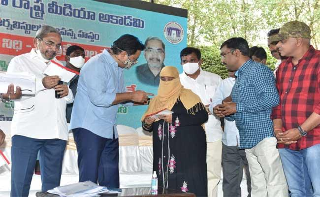 KTR Distributed 1 Lakh Cheque To The Journalists Family - Sakshi