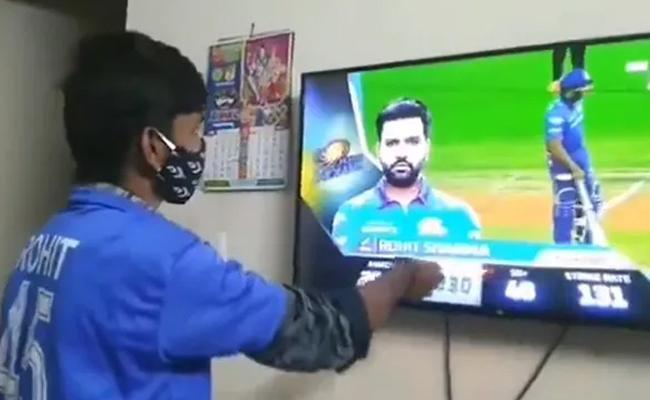 Rohit Sharma Super Fan Performs an Aarti for Mumbai Indians - Sakshi
