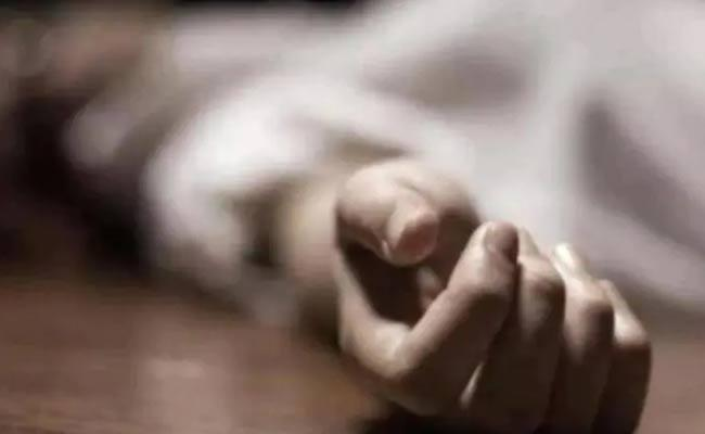Man Committed Suicide With Her Daughters At Sadasivpet - Sakshi