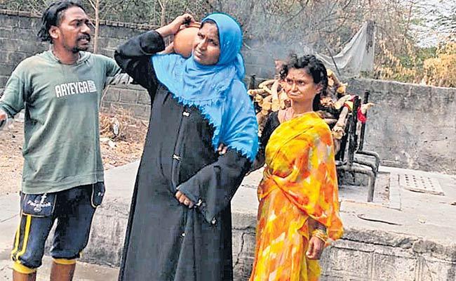 Woman Performs Funeral Of Orphan Kazipet Warangal - Sakshi
