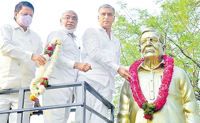 Harish Rao Inaugurates Statue Of Former MLA Gurava Reddy In Siddipet - Sakshi