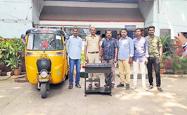Kukatpally Police Caught Honey Trap To Rob Men Gang - Sakshi