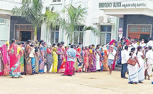 Covid Vaccination: Overwhelming Response Mahabubabad District - Sakshi