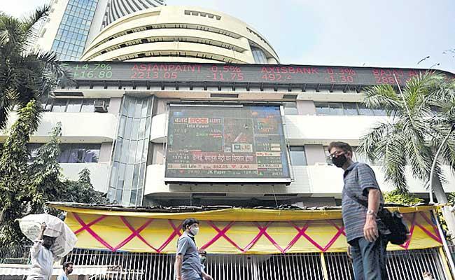 Investors lose Rs 3.6 trillion as Sensex falls 883 pts on Covid-19 woes - Sakshi