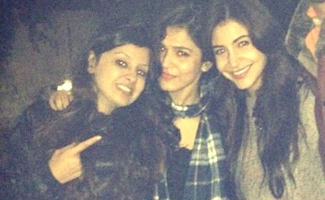 Dhoni Wife Sakshi And Kohli Wife Anushka Old Pics Gone Viral