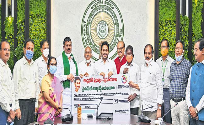CM Jagan Credited Zero interest subsidy above Rs 128 crore into farmers accounts - Sakshi