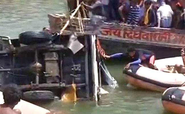 Pick up van carrying marriage party falls into Patna river, at least 9 dead - Sakshi