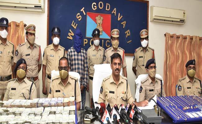 Man Arrested For ATM Card Frauds In West Godavari - Sakshi