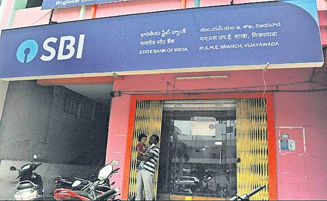Banks in Andhra Pradesh To Open For 2PM Only Till May 15 - Sakshi