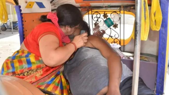 Agra Woman Resuscitating Covid Husband by Breathing into Mouth - Sakshi