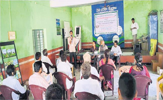 Horticulturists visiting farms and inquiring about crop well-being - Sakshi
