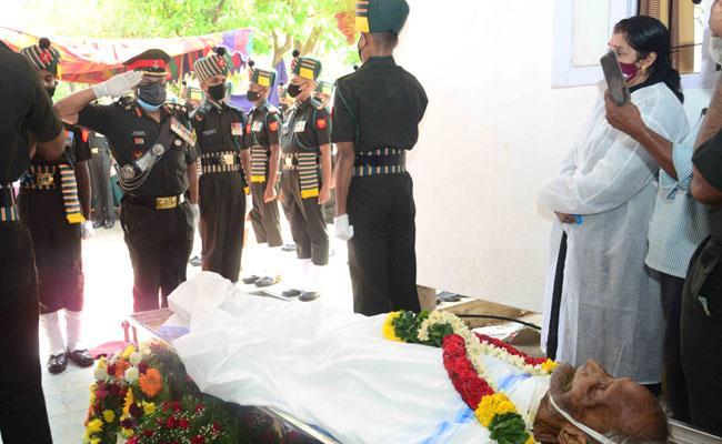 Tirupati Commissioner Pays Tribute To Retired Major General C Venugopal - Sakshi