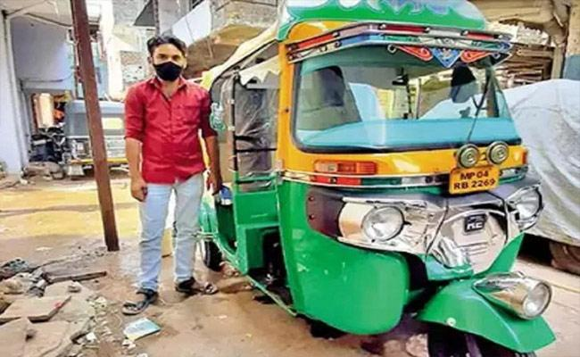 Bhopal Man Converts His Auto Rickshaw Into Free Ambulance For Covid Patients  - Sakshi