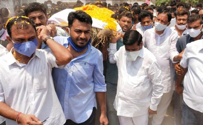 Minister Jagadish Reddy At Peddavoora Sarpanch Cremation - Sakshi
