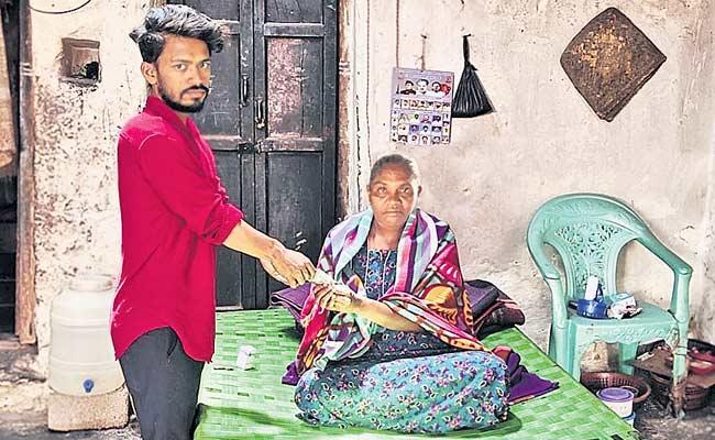 Volunteer Who Went From Madakasira To Tamil Nadu And Provide Pension - Sakshi