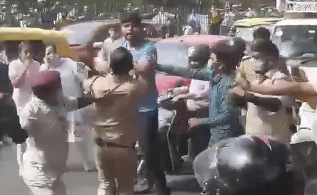 Official Beats Driver With Belt On Delhi Road Passersby Hit Back - Sakshi