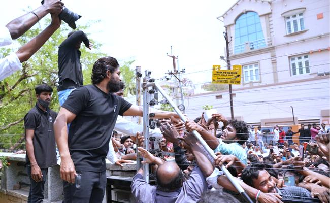 Allu Arjun Fans Gathered Outside His House To Wish Him On His Birthday - Sakshi