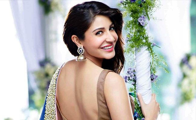 Anushka Sharma Said About Getting A Temporary Lip Enhancer - Sakshi