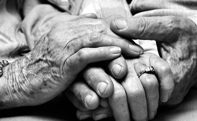 Maharashtra Elderly Couple Committed Suicide In Nasrullabad, KamaReddy - Sakshi