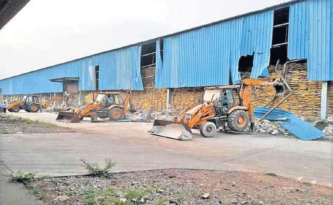 Revenue, APIIC Officers Demolish Aamoda Publications Printing Press Godown - Sakshi