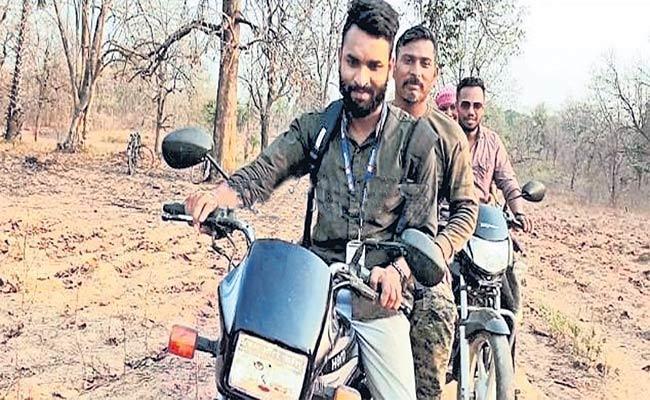 Naxals Free CRPF Jawan Rakeshwar Singh Abducted After Bijapur Encounter - Sakshi