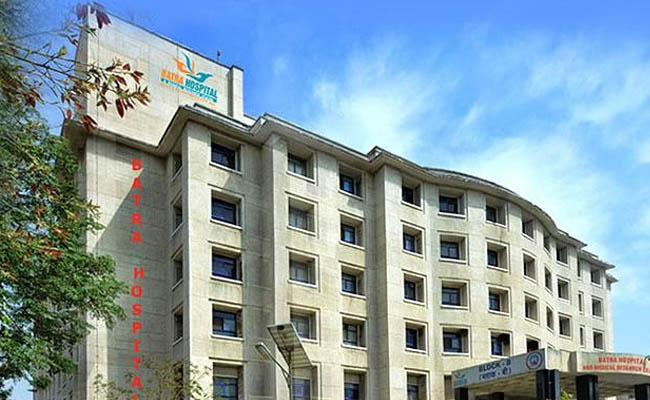Delhi Hospital Says Doctor Among 8 Dead After It Ran Out Of Oxygen - Sakshi