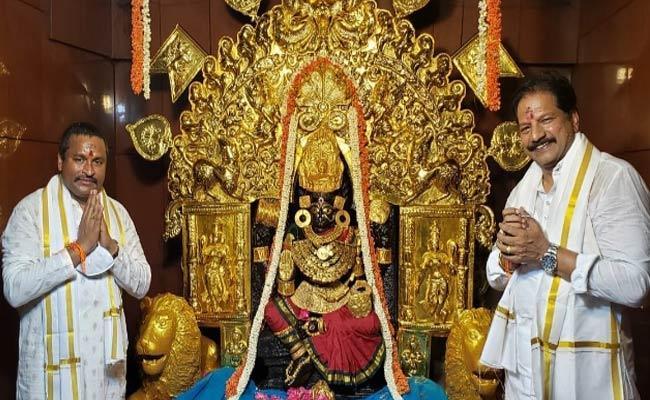 Kona Raghupathi Give Gold Jewelry To Bandlamma Thalli Temple - Sakshi