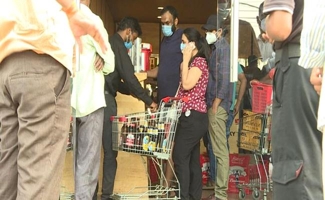 Huge Queue At Liquor Shops After Telangana Get Lockdown - Sakshi